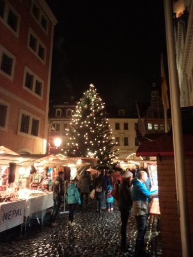 Der großgewachsene Christbaum auf dem Untermarkt